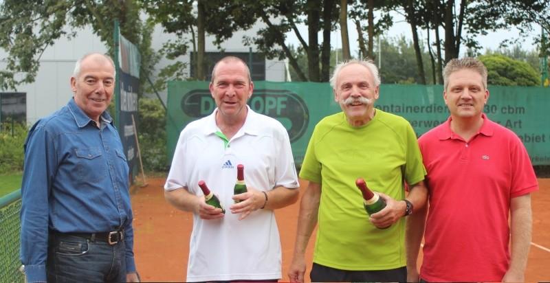 Dieter Müller (Mitte links) vs. Roland Jaspers (Mitte rechts) 6:2 6:2 Siegerehrung durch den Vorstandsvorsitzenden Gerd Lochten (links) und den 2. Sportwart Dominik Peters (rechts)